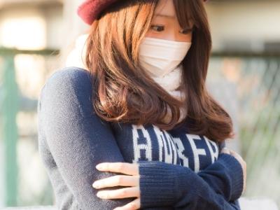 寒さを感じている女性